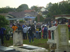 The crowd around the Hindu cemetary.
